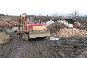 V piatok bol na mieste stroj na odhŕňanie odpadu.