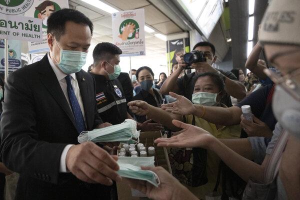Thajský minister zdravotníctva Anutchin Čanvirakun rozdáva rúšky občanom Bangkoku.