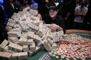 Jamie Gold pózuje s 12 miliónmi dolárov, ktoré vyhral vo svetovej sérii v Las Vegas v roku 2006.