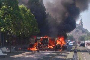 Zásah hasičov pri požiari dodávky na Hlavnej ulici.