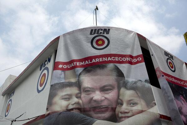 Na archívnej snímke z 18. apríla 2019 plagát guatemalského prezidentského kandidáta Maria Amílcara Estradu Orellanu v Gautemala City.