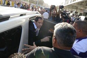 Juan Guaidó vystupuje z vozidla po príchode.