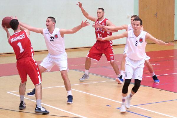 Kubínski basketbalisti (v bielom) čakali na víťazstvo viac ako štyri mesiac.