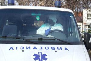 Šofér sanitky odchádza z kliniky.
