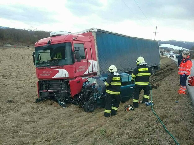 Hasiči vyslobodili osobu z havarovaného vozidla pomocou hydraulického vyslobodzovacieho zariadenia.