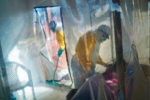 Zdravotníci v ochranných oblekoch počas návštevy osoby nakazenej vírusom ebola v izolačnej miestnosti v Beni 13. júla 2019.
