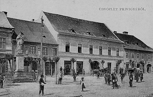 Pohľadnica: Socha na pôvodnom mieste v centre Prievidze na začiatku dvadsiateho storočia.