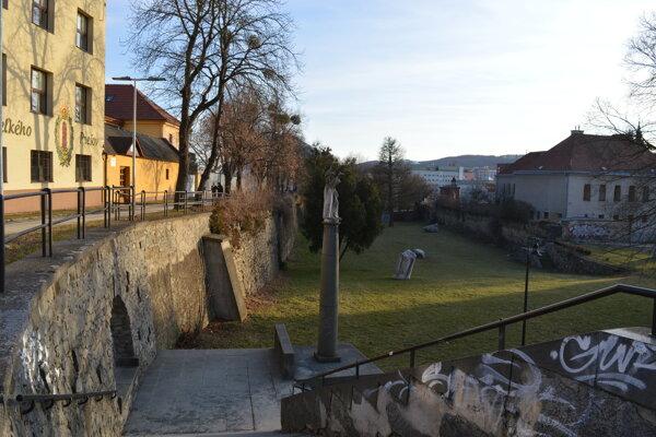 Záhrada umenia a Kmeťovo stromoradie. Vyrúbať chcú poškodené a náletové dreviny, ktoré poškodzujú múr.