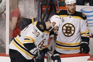 Andrew Ference (vpravo) a vedľa neho Zdeno Chára. Obaja boli spoluhráčmi v drese Bostonu Bruins.