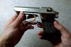 Pištoľ Ekol Lady 9 mm. Takú namieril jeden z vodičov na druhého.