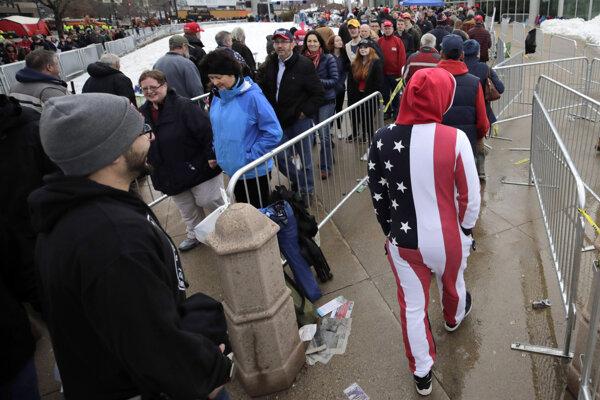 Dlhý rad ľud pred vstupom na míting Donalda Trumpa.