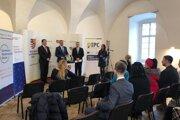 Zľava podpredseda PSK Martin Jakubov a vicepremiér Richard Raši na otvorení Informačno-poradenského centra v Humennom.