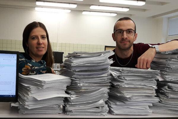 Dr. Sebechlebská a Dr. Szabó sa lúčia s poslednými papierovými protokolmi, ktoré odchádzajú do zberu. Náhrada vo forme elektronických protokolov (na obrazovke vľavo) bola jednoznačne správnym krokom vpred.