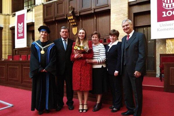 Pri príležitosti Medzinárodného dňa študentstva získala Júlia ocenenie rektora Univerzity Komenského, na čo boli pyšní najmä jej rodičia.