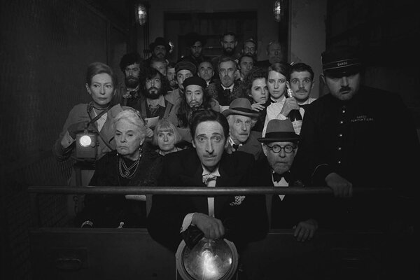 Brita Josepha Duveena, ktorý kupčil s umením, si v Andersonovom filme zahral Adrien Brody(v strede).