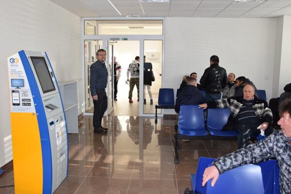 Okresný dopravný inšpektorát, oddelenie evidencie vozidiel, sa nachádza na 1. poschodí.