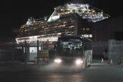 Na snímke autobus s austrálskymi cestujúcimi z výletnej lode Diamond Princess odchádza z prístavu v Jokohame 19. februára 2020.