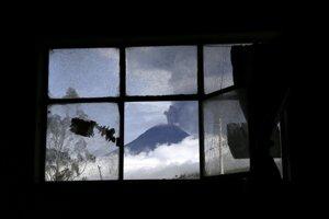 Prebudená ekvádorská sopka Tungurahua chrlí popol a dym 6. marca 2016 pri pohľade z mesta Huampalo.
