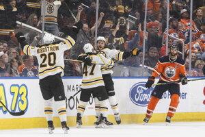 Hokejisti Bostonu po víťaznom góle v predĺžení.