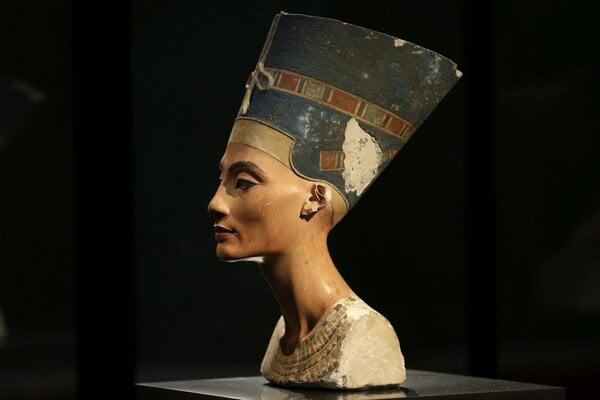 Slávna busta staroegyptskej kráľovnej Nefertiti. Jej hrobku a múmiu doteraz nenašli.