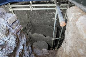 Pomník tvorí podzemná komora so sarkofágom (rakvou) vysokým 1,4 metra a čímsi, čo vyzerá ako oltár.