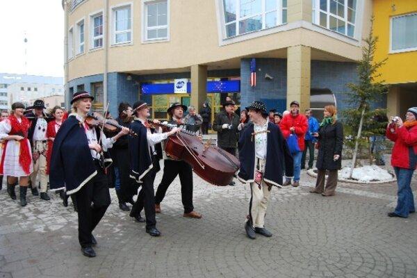 Pochovanie basy v Starej Ľubovni.