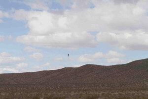 Záber zo sobotného letu rakety s Mad Mikom, ktorá skončila nehodou.