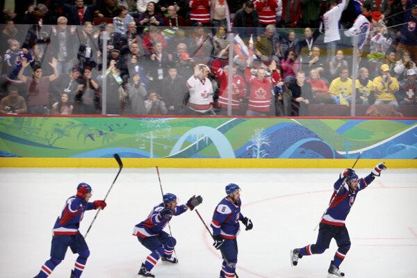Slovenskí hokejisti sa tešia z výhry v zápase olympijského hokejového turnaja Švédsko - Slovensko.