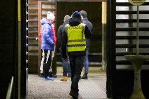 Rakúsky policajt hliadkuje v Brennerskom priesmyku.