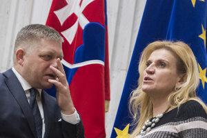 Poslanci NR SR vľavo Robert Fico a Jana Vaľová (obaja SMER).