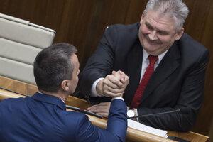 Vpravo minister práce, sociálnych vecí a rodiny Ján Richter a vľavo Erik Tomáš (obaja SMER).