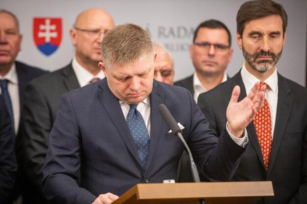 Poslanci parlamentu za SMER Robert Fico a Juraj Blanár počas tlačovej konferencie.
