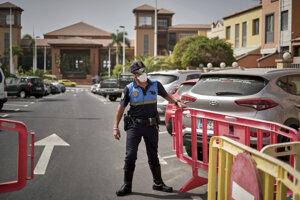 Policajt pred hotelom na Tenerife.