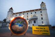 Členovia organizácie Greenpeace Slovensko umiestnili pred Bratislavským hradom horiacu planétu.