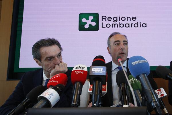 Giulio Gallera (vpravo), zdravotný poradca pre severotaliansky región Lombardsko a guvernér Lombardska Attilio Fontana počas tlačovej konferencie v Miláne 21. februára 2020.