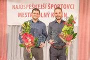 Zľava Tomáš Chovanec (prebral cenu za vzpieračov) a športovec roka Michal Holub.