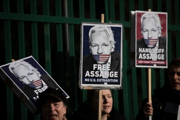 Podporovatelia Juliana Assangea držia v rukách transparenty na jeho podporu pred londýnskym väzením Belmarsh, kde je pojednávanie vo veci vydania Assangea do USA. Londýn, 25. februára 2020.