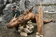 Na snímke rezbár a autor atrakcie pózuje s drakom Blundusom na hrade.