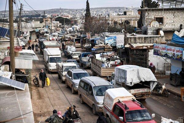Civilisti utekajú z Idlibu a smerujú na sever Sýrie k hraniciam s Tureckom počas bojov medzi sýrskou armádou a povstalcami 15. februára 2020.