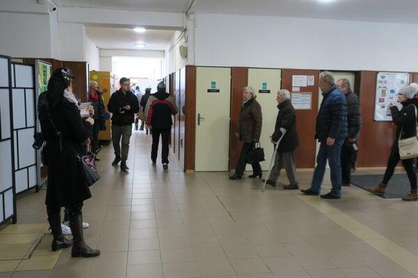 """Ľudia """"prúdia"""" do volebných miestností."""