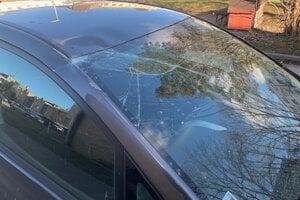 Na aute je prasknuté čelné sklo.