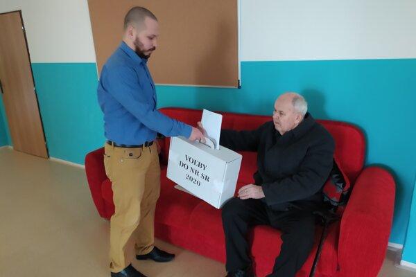 83-ročný Jaroslav odvolil do prenosnej urny.
