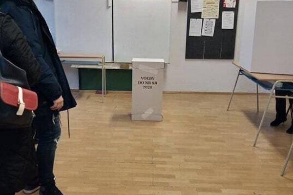 Voliči prichádzajú k urne postupne.