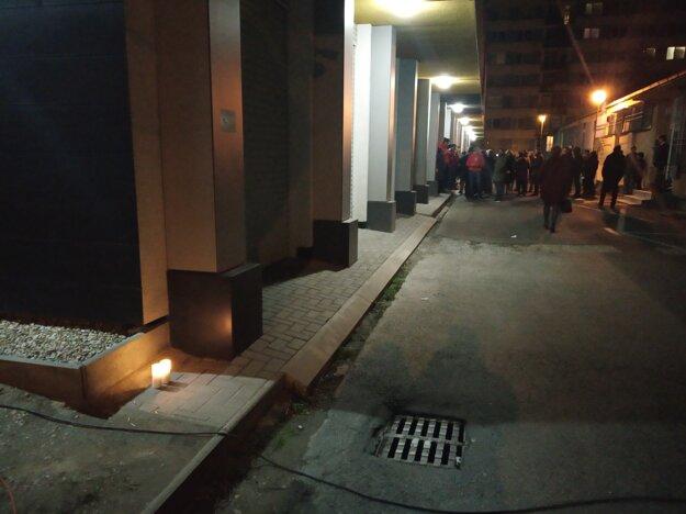 Voľby 2020: Zapálené sviečky pri centrále Smeru.