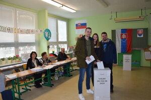 Prvovolička Rút so svojím bratom a jeho spolužiakom volila v levickej cirkevnej základnej škole.