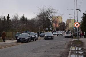 Volebný ruch na Saratovskej ulici v Leviciach.