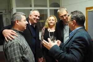 Zľava Kizek, Lukáč, Leščáková, Paľa, Turčan pri víťaznej volebnej noci v župných voľbách 2017.