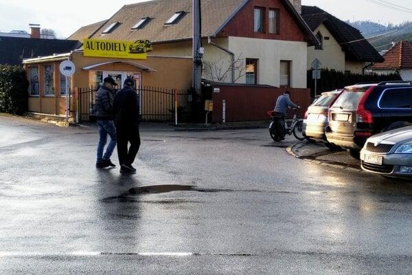 V centre Závodia prechádzajú chdodci po strede križovatky.