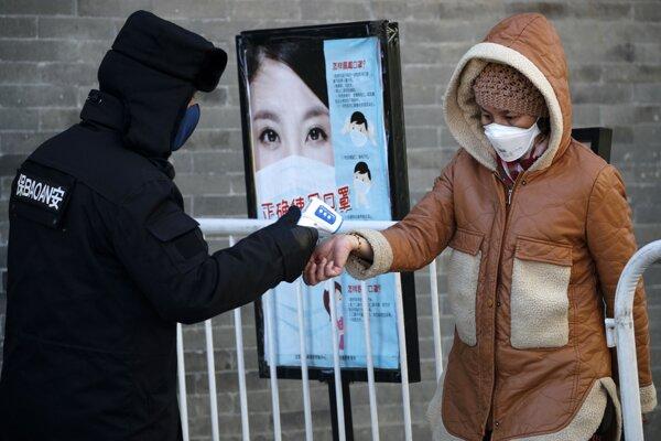 Ľuďom na uliciach čínskych miest kontrolujú teplotu.