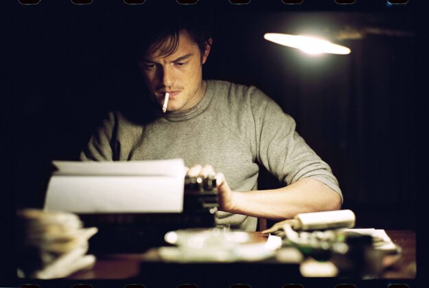 Sam Riley vo filme On the Road ako Jack Kerouac.